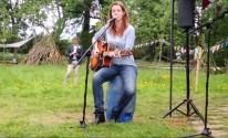 Anna Fernhout zingt.